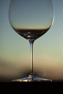 夕暮れとワイングラスの写真素材 [FYI04587029]