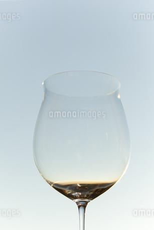 夕暮れとワイングラスの写真素材 [FYI04587030]
