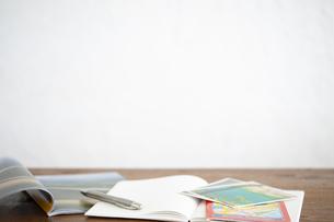 地図や雑誌を広げているデスクの写真素材 [FYI04587033]