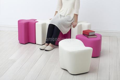 腰掛けに座る女性の写真素材 [FYI04587040]