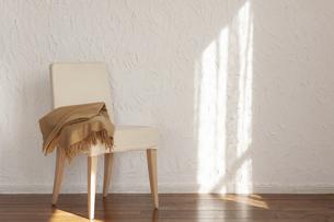 陽射しの当たる部屋にある椅子の写真素材 [FYI04587041]