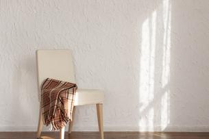 陽射しの当たる部屋にある椅子の写真素材 [FYI04587042]
