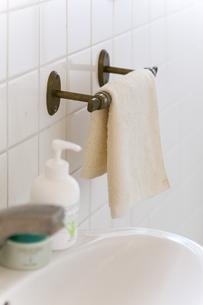 洗面台のタオルの写真素材 [FYI04587044]