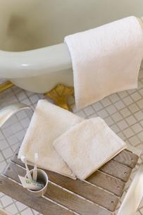 タオルのあるバスルームの写真素材 [FYI04587045]