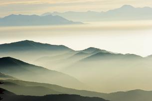 10月 渋峠からみた朝霧に霞む山並みの写真素材 [FYI04587066]