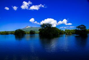 大沼国定公園 大沼観光船上より大沼に点在する島と北海道駒ヶ岳の風景の写真素材 [FYI04587087]