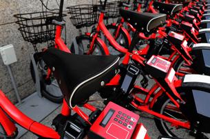 日本の各主要観光地で使えるバイクシェアリングの赤い自転車の写真素材 [FYI04587112]