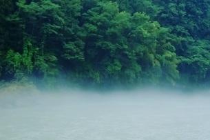 霞がかった川面の写真素材 [FYI04587282]