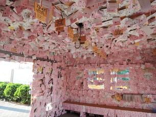 幸福の切符に包まれた幸福駅(旧国鉄広尾線)の写真素材 [FYI04587296]