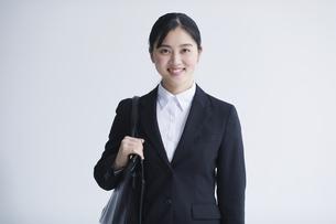 スーツを着た笑顔の若い女性の写真素材 [FYI04587352]
