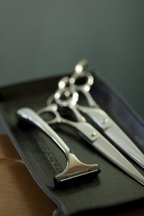 髭剃りと散髪用のハサミの写真素材 [FYI04587443]