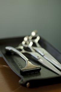 髭剃りと散髪用のハサミの写真素材 [FYI04587444]