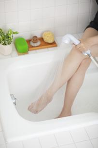 シャワーで足を流す女性の写真素材 [FYI04587450]