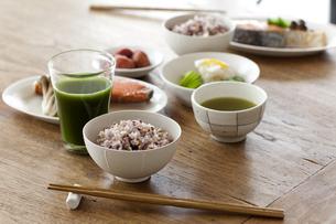 テーブルの五穀米のご飯とおかずの写真素材 [FYI04587459]