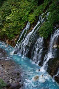 青い川と流れ落ちる滝の写真素材 [FYI04587517]