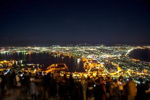 函館山展望台より観光客と函館の夜景の写真素材 [FYI04587524]