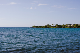 ハワイ島の青い海と小島の写真素材 [FYI04587533]