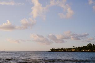 夕暮れ時の海の写真素材 [FYI04587542]