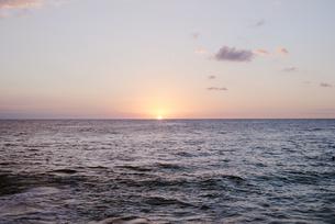夕暮れ時の海の写真素材 [FYI04587543]