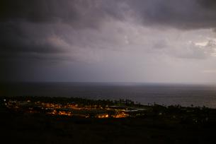 夕闇と灯がともる町の写真素材 [FYI04587548]