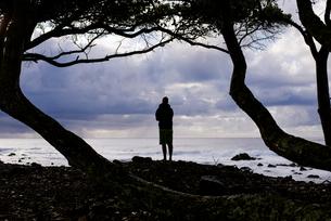 波を見つめる人のシルエットの写真素材 [FYI04587558]