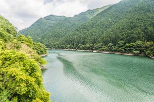 有田川の二川ダム付近の風景の写真素材 [FYI04587660]