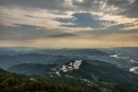 夕暮れ時に龍門山頂から和歌山方面をパラグライダーから空撮の写真素材 [FYI04587664]