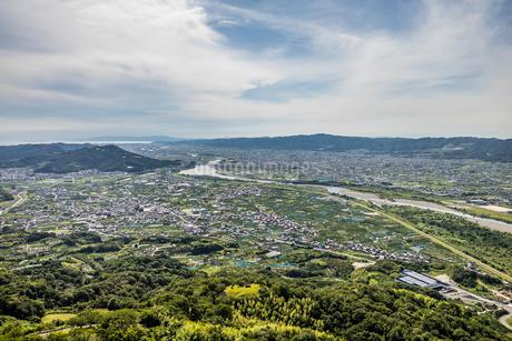 紀の川市百合山上空から和歌山湾方面をパラグライダーから空撮 春 5月の写真素材 [FYI04587665]