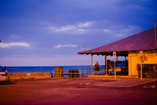 夕暮の海岸駐車場の写真素材 [FYI04587863]