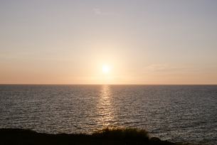夕暮れ時の海の写真素材 [FYI04587870]