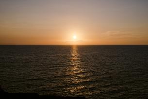夕暮れ時の海の写真素材 [FYI04587875]
