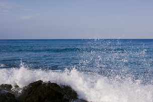 波飛沫と青い海の写真素材 [FYI04587880]