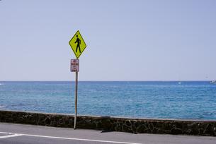海と空と標識の写真素材 [FYI04587884]