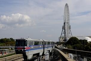 大阪モノレール,車窓から万博公園付近の写真素材 [FYI04587912]