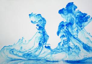 水の中でインクが滲む模様の写真素材 [FYI04587961]