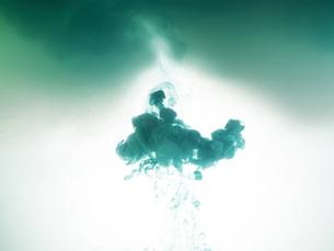 水の中でインクが滲む模様の写真素材 [FYI04587969]