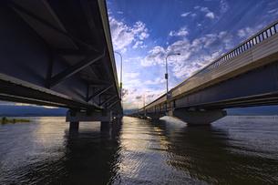 下から見た琵琶湖大橋の夕景/風景の写真素材 [FYI04588098]