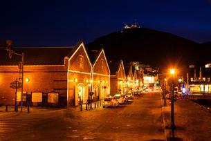 函館 金森赤レンガ倉庫と函館山の夜景の写真素材 [FYI04588157]