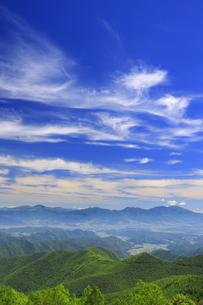 新緑のカラマツ林と浅間山などの山並みとすじ雲の写真素材 [FYI04588206]