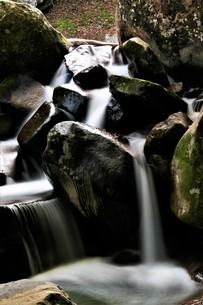 秋の渓谷のスローシャッター写真の写真素材 [FYI04588234]