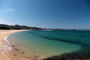青い海と空と長い海岸線の写真素材 [FYI04588237]