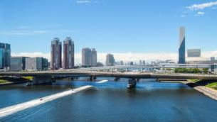 お台場の運河を走り抜けるジェットスキー 新交通ゆりかもめ線からの車窓風景の写真素材 [FYI04588366]