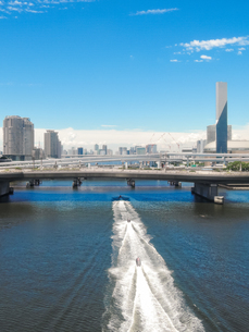 お台場の運河を走り抜けるジェットスキー 新交通ゆりかもめ線からの車窓風景の写真素材 [FYI04588368]
