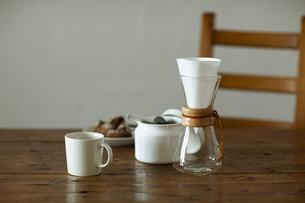 テーブルの上でドリップするコーヒーの写真素材 [FYI04588650]