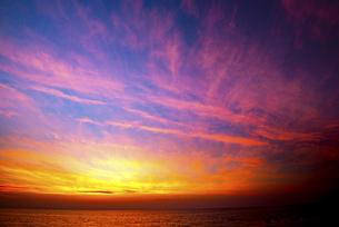 ねむの丘から望む夕焼けの空と日本海の写真素材 [FYI04588652]