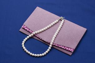 真珠のネックレスと袱紗の写真素材 [FYI04589024]