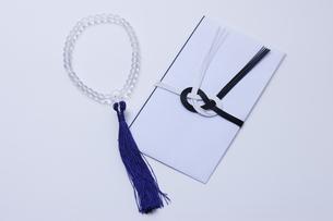 数珠と香典の写真素材 [FYI04589033]
