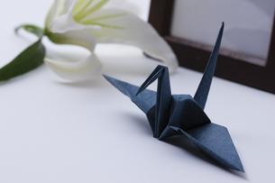 折り鶴とユリの花の写真素材 [FYI04589036]