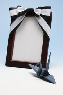 遺影と折り鶴の写真素材 [FYI04589084]