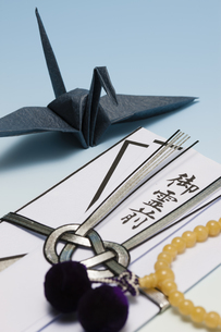 折り鶴と香典の写真素材 [FYI04589091]